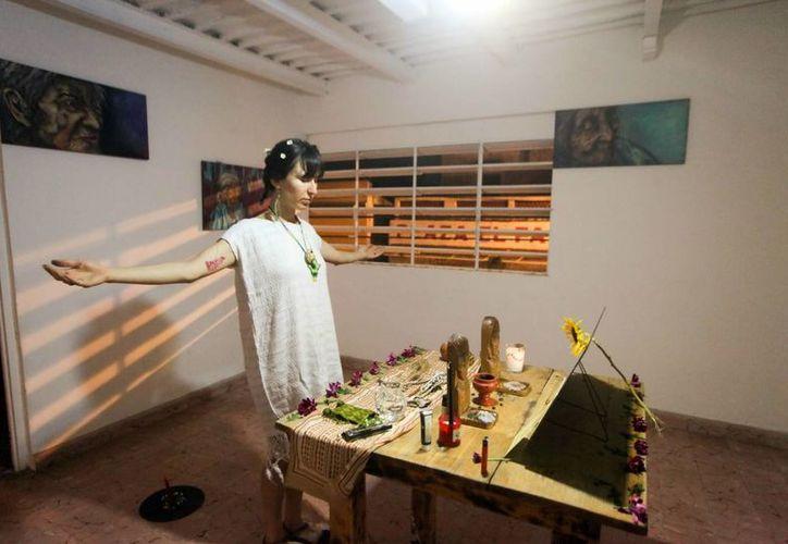 """La artista Ilse Matilde Castillo representó el 'Ritual Performático en la Frontera"""" con 'Tía Juana', en la galería 'Ven y Mira'. (Amílcar Rodríguez/Milenio Novedades)"""