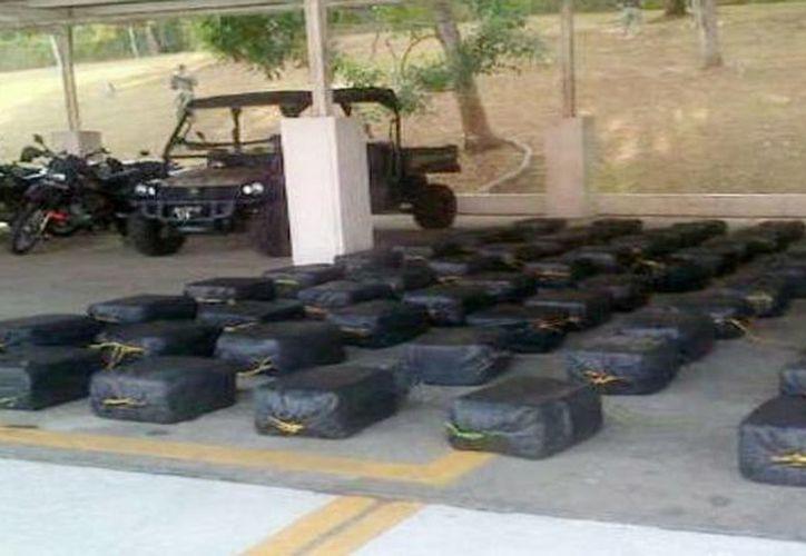 El Servicio Nacional Aeronaval decomisó 61 paquetes de drogas durante un operativo realizado en Isla Tigre, comarca de Guna Yala en Panamá. (tvn-2.com)