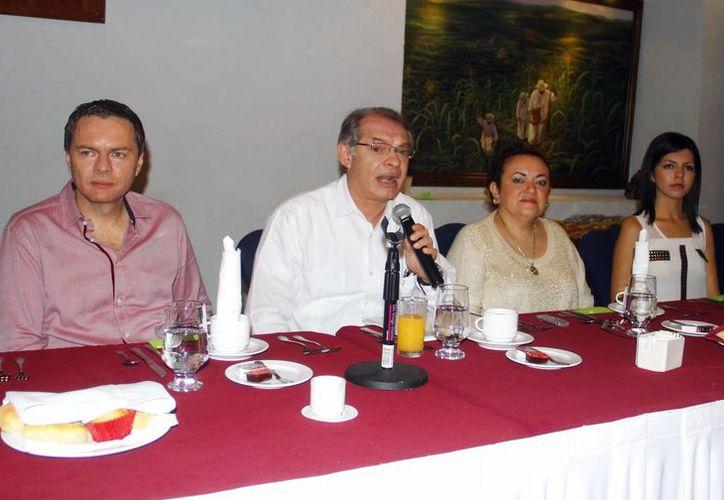 El delegado del IMSS en Yucatán, Jorge Méndez Vales (al micrófono), dio a conocer su informe anual. (SIPSE)