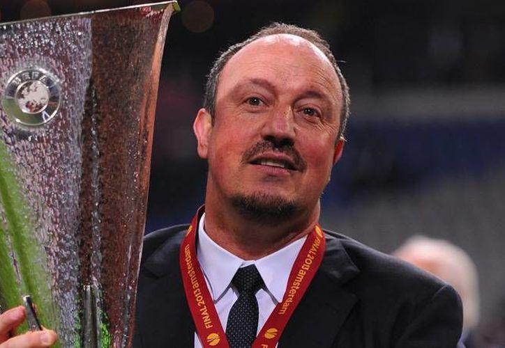 Benítez ya ganó una Liga de Campeones, con el Liverpool, en 2005. En la foto sostiene la copa europea ganada con el Chelsea.(foxsportsasia.com/Archivo)