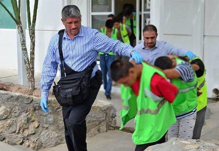 A los detenidos se les atribuye al menos cinco homicidios en Ciudad Juárez, además se les aseguraron varias armas. (Foto: www.diario.mx)