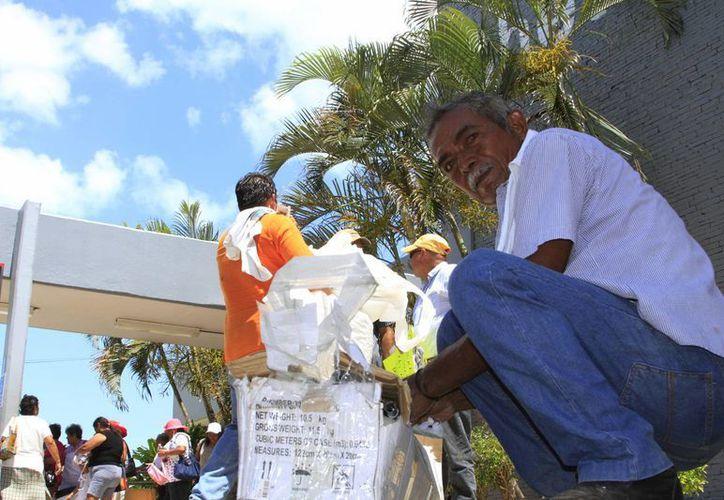 Ejidatarios realizaron un plantón en el aeropuerto de Chetumal para exigir el pago de sus tierras. (Ángel Castilla/SIPSE)