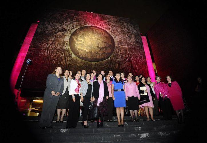 Octubre es mes de celebración para las mujeres, y por ello el edificio de San Lázaro, sede de la Cámara de Diputados, se iluminó de rosa. A ello se agrega la creación del premio 'Elvia Carrillo Puerto'. (Notimex)