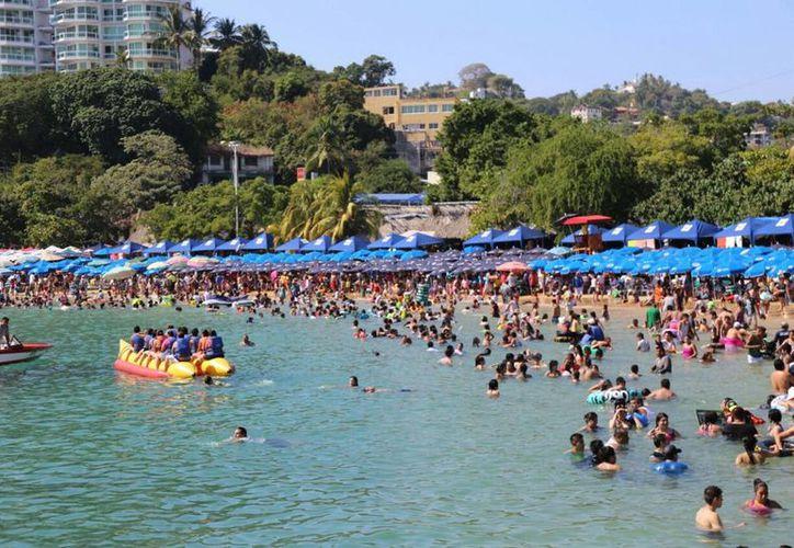 Las playas de Acapulco comenzaron a lucir abarrotadas en los últimos días de 2016. (Notimex)