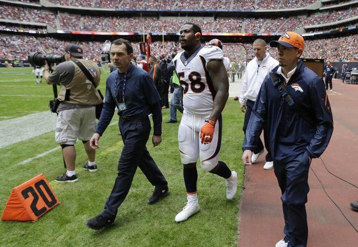 El jugador de Broncos de Denver Von Miller (c) se desgarró el ligamento cruzado anterior de la rodilla derecha en el partido contra Houston el pasado domingo. (Agencias)