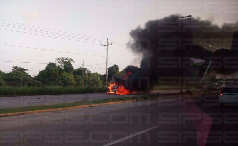 Al lugar tuvieron que acudir elementos de bomberos para sofocar las llamas de los vehículos. (Redacción/SIPSE)