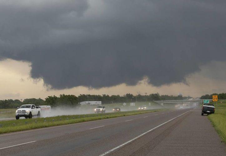 La tormenta se desplazaba al centro del estado. (Agencias)