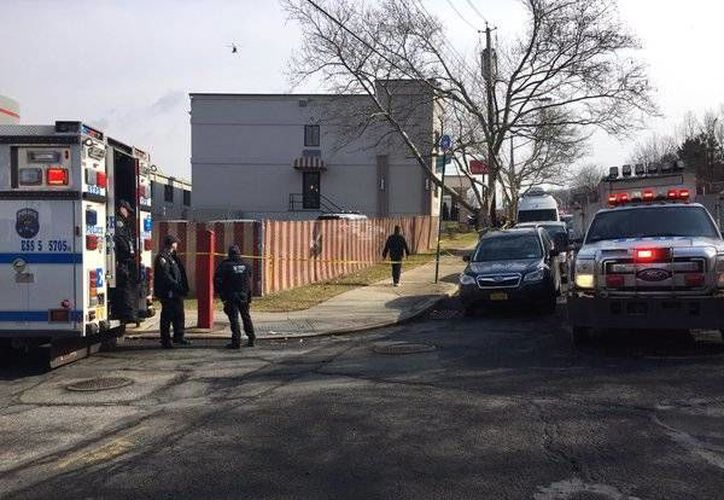 Tras el ataque, la policía llegó al lugar para trasladar a las víctimas al hospital. (twitter.com/Manoli300)