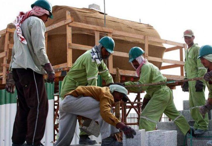 Sharan Burrow, secretaria general de la Confederación Internacional de Gremios Laborales, dijo que los trabajadores son alojados de a 'ocho, diez o doce' en una sola habitación, con temperaturas superiores a los 50 grados centrígrados (AP)