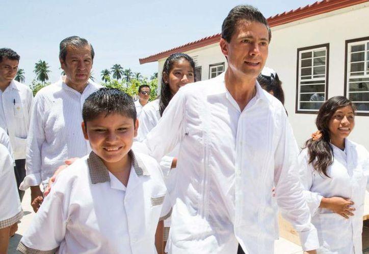 Enrique Peña Nieto presentará su  Tercer Informe de Gobierno a la Cámara de Diputados el próximo 1 de septiembre. Imagen del Presidente acompañado de estudiantes en el inicio de clases en Guerrero, el 24 de agosto de 2015. (presidencia.gob.mx)
