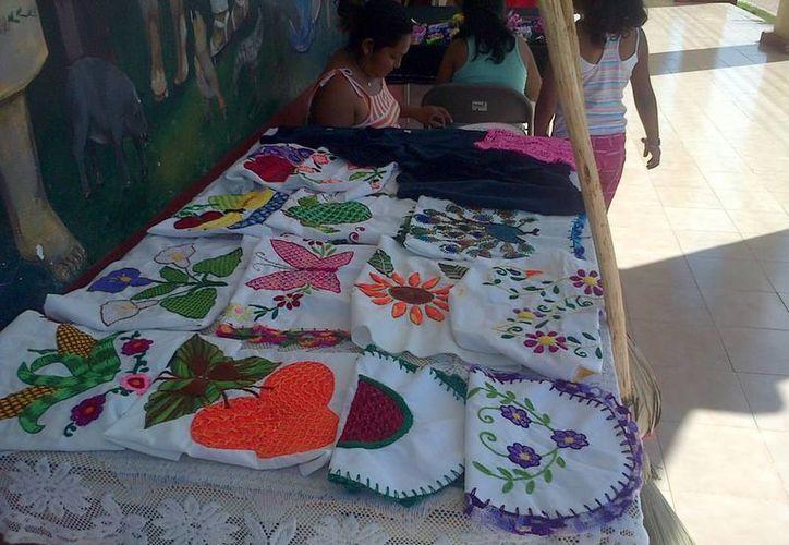 Artesanos exhiben sus manufacturas en el tianguis permanente. (Archivo/SIPSE)