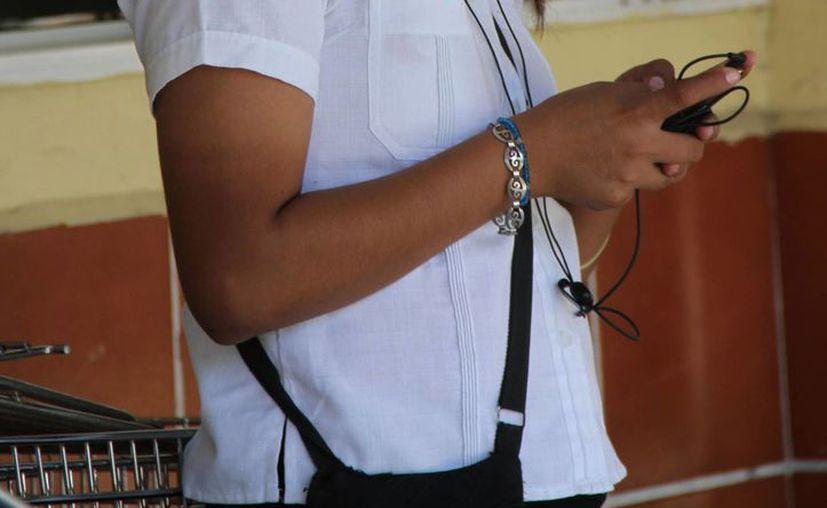 El teléfono celular ocupa parte importante de la vida de las personas, siendo los más afectados los jóvenes. (Tomás Álvarez/SIPSE)