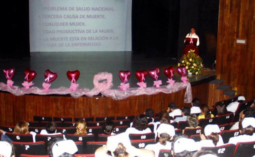 Llevan a cabo una plática de prevención en el marco del Día Mundial de la Lucha contra el Cáncer de Mama. (Juan Albornoz/SIPSE)
