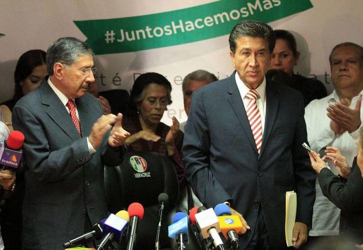 Este lunes, el candidato de la Alianza PRI-PVEM, Héctor Yunes Landa (izq.), ofreció una conferencia de prensa tras terminar los comicios electorales en Veracruz y reconoció su derrota, a pesar de lo cual el PRI pretende impugnar el resultado. (Notimex)