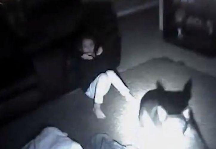 En el video la niña empieza a gritar desesperadamente cuando el policía lanzó los disparos. (Captura)