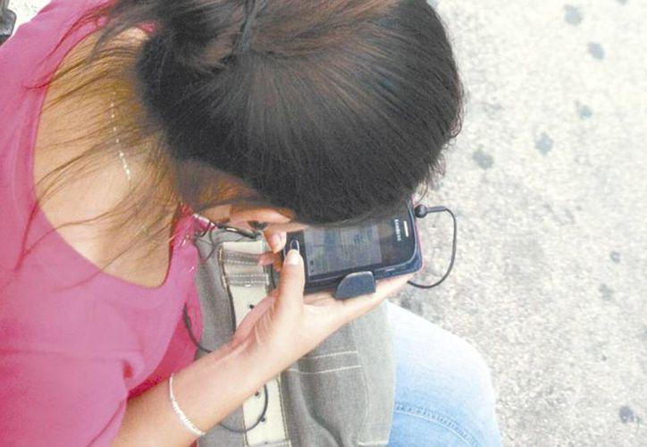 El uso indiscriminado de los teléfonos inteligentes provoca en los jóvenes problemas en las manos, similares a los que anteriormente presentaban los adultos mayores. (Archivo/ Milenio Novedades)