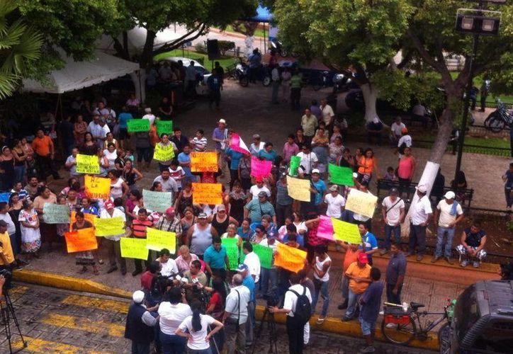 Unos 100 ambulantes protestaron esta mañana frente al Palacio Municipal de Mérida. (SIPSE)