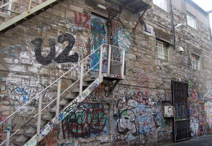 Fachada de los estudios Windmill, grafiteada por los fans de U2. (EFE)