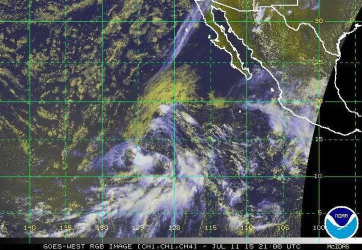 La depresión tropical 5-E podría convertirse en tormenta tropical este sábado por la noche y en huracán categoría 1 el martes. (ssd.noaa.gov)