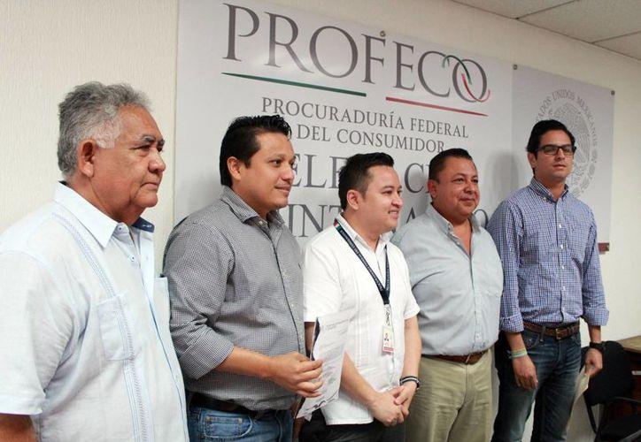 Las autoridades que se presentaron en la Profeco. (Luis Soto/SIPSE)