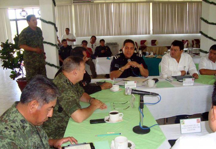 Imagen de la reunión acerca del operativo conjunto de revisión y control de la venta, manejo y distribución de pirotecnia, participaron funcionarios de los tres niveles. (Milenio Novedades)