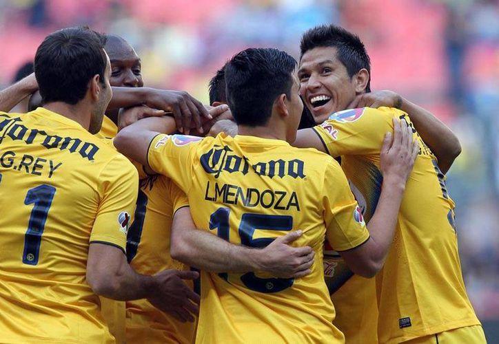 Jugadores del América celebran del único tanto del partido que anotó Miguel Layún y con el que derrotaron al Potros del Hierro del Atlante, esta tarde, en el estado Azteca. (Notimex)