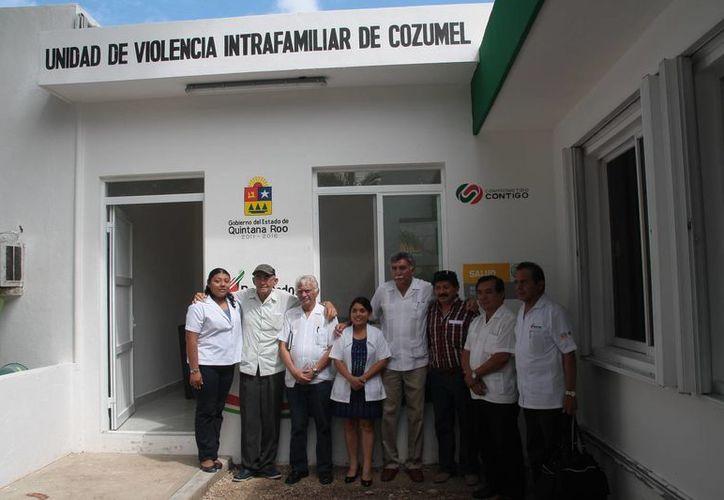 Las autoridades durante la puesta en marcha del consultorio. (Julián Miranda/SIPSE)