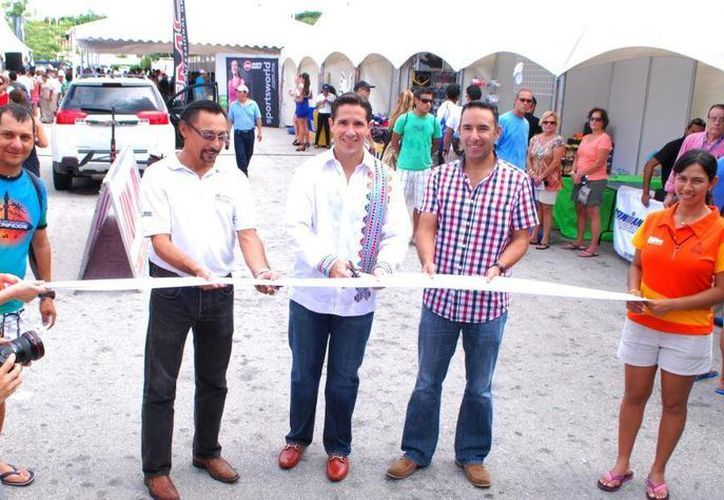 El alcalde Aurelio Joaquín González fue el encargado de cortar el listón. (Redacción/SIPSE)