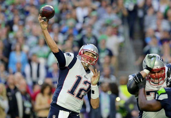 Tom Brady (foto) y Patriots, ganadores del Super Bowl, estrenarán la temporada 2015 de la NFL contra Steelers. (Foto: AP)