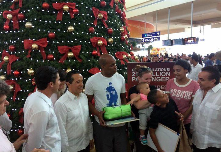 El pasajero recibió varios regalos por parte de las autoridades. (Luis Soto/SIPSE)