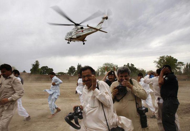 En los últimos días, los atentados contra candidatos en Pakistán se han incrementado. En la imagen, el primer ministro Nawaz Sharif, a bordo del helicóptero, deja el sitio en donde tuvo un mitin. (Agencias)