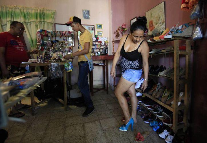 Las tiendas tienen un plazo para liquidar su mercancía o será decomisada por la isla. (Agencias)