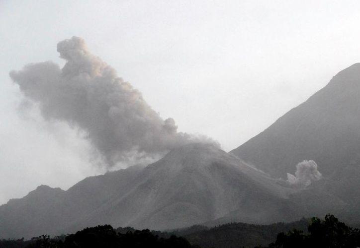 Fotografía de archivo cedida por el Insivumeh del volcán Santiaguito de Guatemala, ubicado en el oeste del país. (Archivo/EFE)