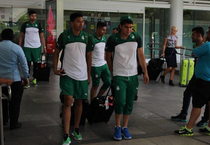El equipo campeón de la Liga MX, Santos, llegó ayer a Cancún. (Ángel Mazariego/SIPSE)