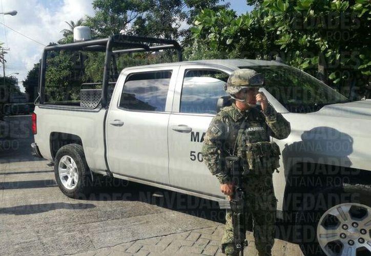 Durante la mañana de hoy elementos de la Marina llevaron a cabo un operativo de revisión en una compañía de cajas fuertes. (Sergio Orozco).