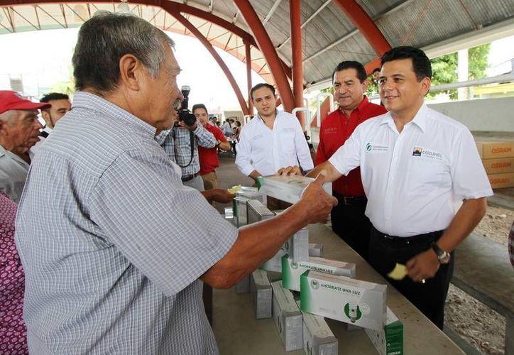 El programa de intercambio de focos  incandescentes por ahorradores inició hoy en Cozumel. (Cortesía)