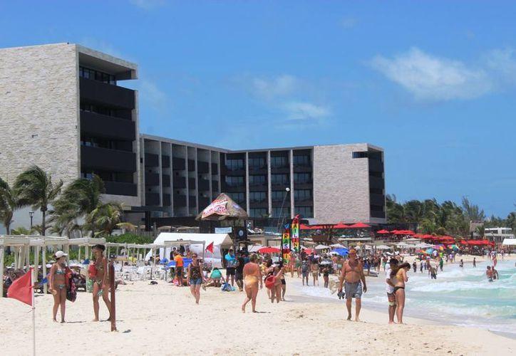 Los turistas visitaron la playa después de que el cielo se despejará y saliera el sol , luego del paso de Earl. (Octavio Martínez/SIPSE)