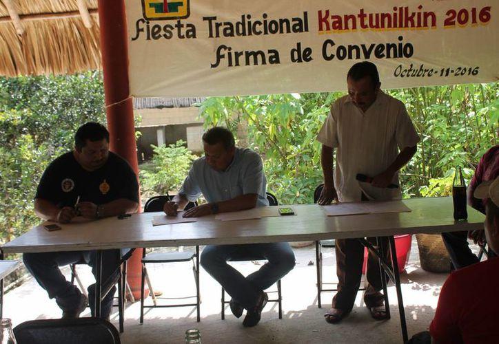 Empresa firma convenio con las autoridades. (Raúl Balam/SIPSE)