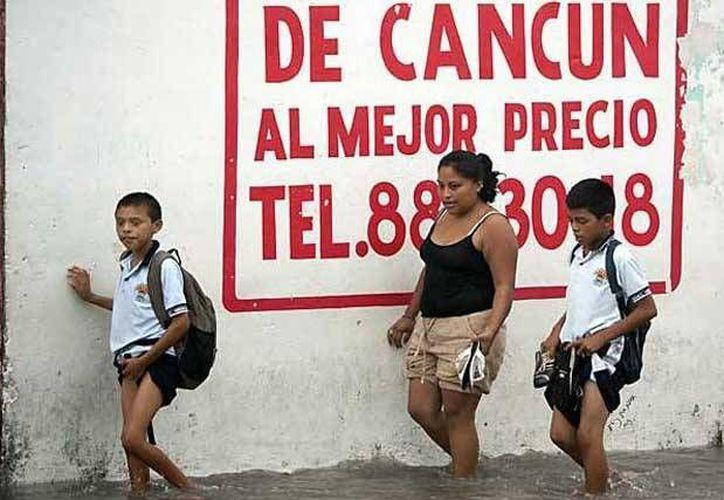 Las fuertes lluvias impiden a los niños y jóvenes llegar hasta sus escuelas. (Foto de Contexto/Internet)