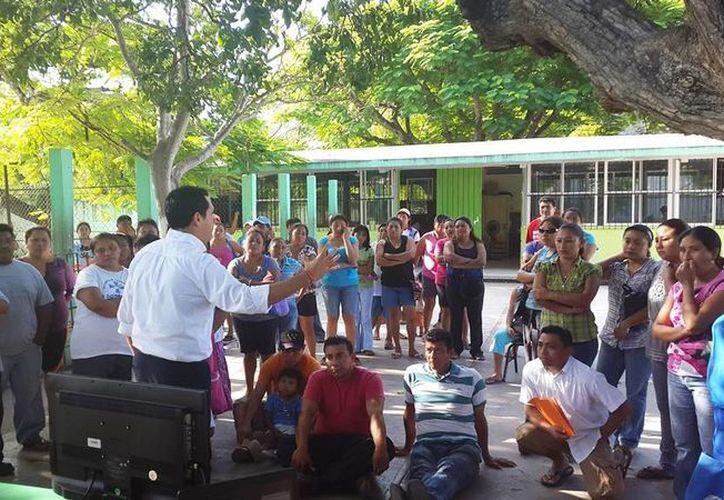 El regidor Rubén Segura Pérez imparte una plática sobre protección civil a integrantes de la Sociedad de Padres de Familia de la escuela primaria 'José Peniche Fajardo', en la comisaría de Caucel. (SIPSE)