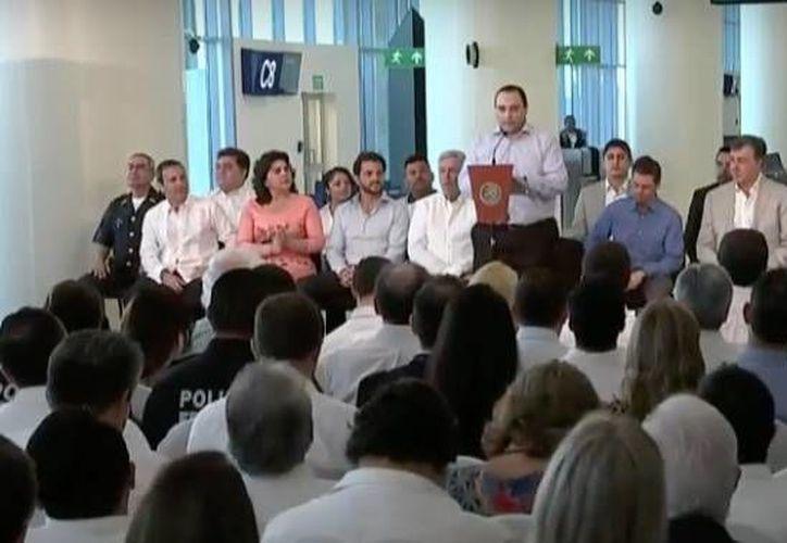 El presidente Enrique Peña Nieto inauguró la nueva terminal de aeropuerto de Cancún. (Redacción/SIPSE))