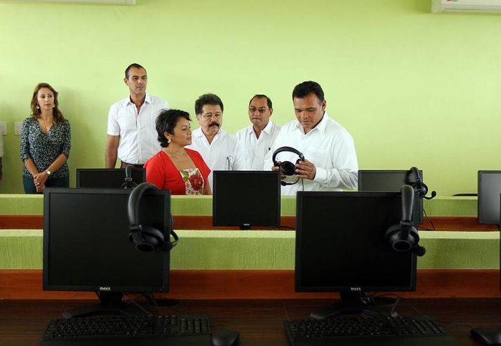 Acompañado de los familiares del  extinto Víctor Cervera Pacheco, el Gobernador recorrió las nuevas instalaciones. (SIPSE)