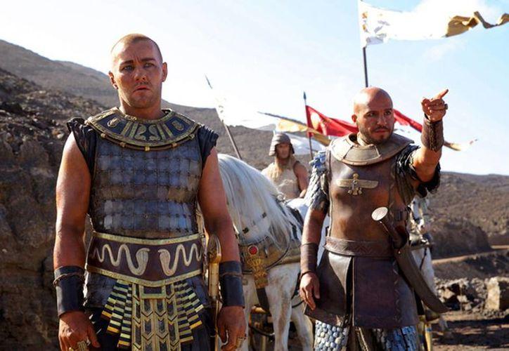 Imagen difundida por los estudios 20th Century Fox de los actores Joel Edgerton (izquierda) y Dar Salim en una escena de Exodus: Gods and Kings (20th Century Fox)