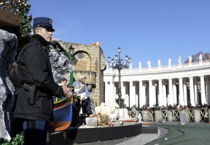 Un policía vigila en la Plaza de San Pedro durante el rezo del Angelus del papa Francisco, desde la ventana de su estudio, el 26 de diciembre de 2016. (AP/Gregorio Borgia)