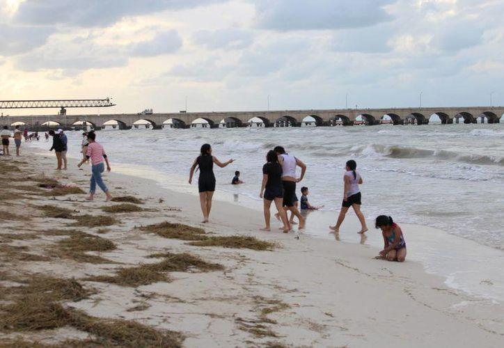 Dado que Yucatán es hoy primer lugar nacional en casos nuevos de VIH a nivel nacional, durante estas vacaciones de Semana Santa la SSY realiza en playas yucatecas un programa de Prevención y Control de dicha enfermedad. (Milenio Novedades)
