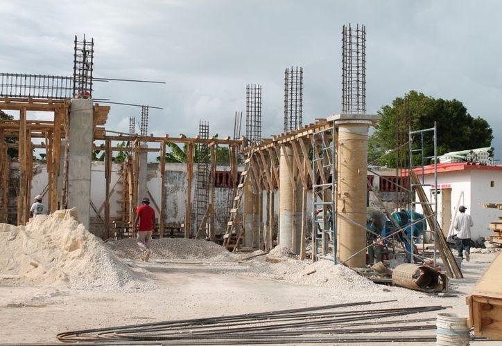 La obra está en la etapa de levantamiento de pilares y trabes, para el segundo piso. (Juan Carlos Gómez/SIPSE)