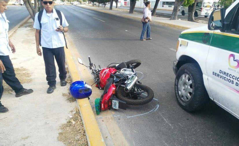 El peatón fue impactado por un motociclista en la Av. Tulum. (Redacción/SIPSE)