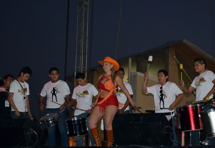 """La """"tremenda Carola"""" estará acompañada, durante la transmisión en vivo, de bandas musicales locales,  para animar a todos sus seguidores donar juguetes. (Milenio Novedades)"""
