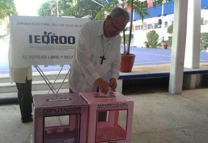 El obispo Pedro Pablo Elizondo Cárdenas emitiendo su voto. (Jazmin Ramos/SIPSE)
