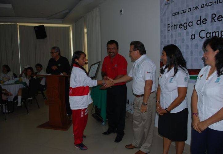 Autoridades del Cobach de Quintana Roo entregaron reconocimientos a los ganadores. (Tomás Álvarez/SIPSE)